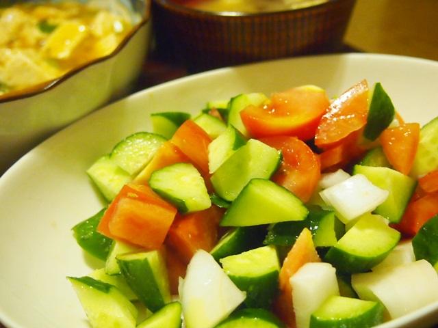 トマトとキュウリと玉ねぎころころサラダ