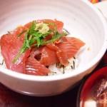 【食】鉄火丼、あさりの味噌汁、桃