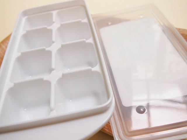 離乳食によさそうと思って100円コーナーで買った製氷皿(気が早い)