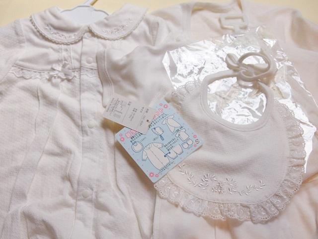 白い新生児の服のセット(ニッセンで購入)